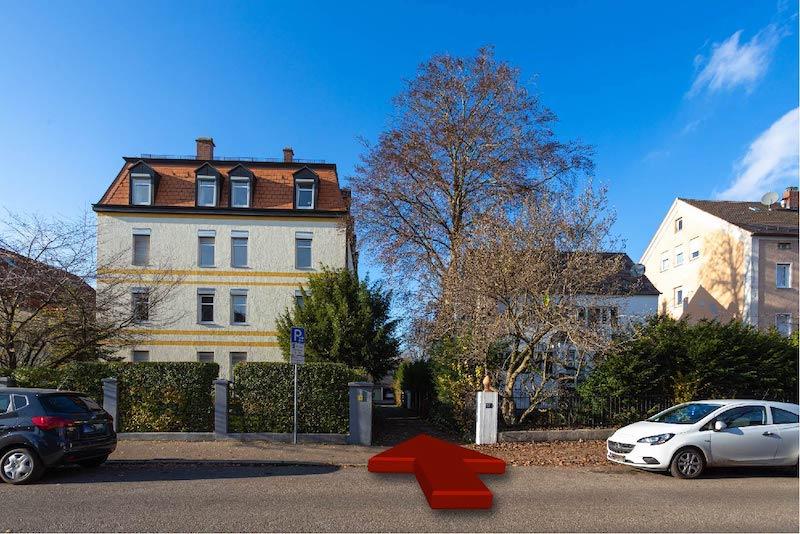 Ein Pfeil der von der Stadtjägerstrasse in die unscheinbare Einfahrt der Osteopathiepraxis von Christian Kästle zeigt